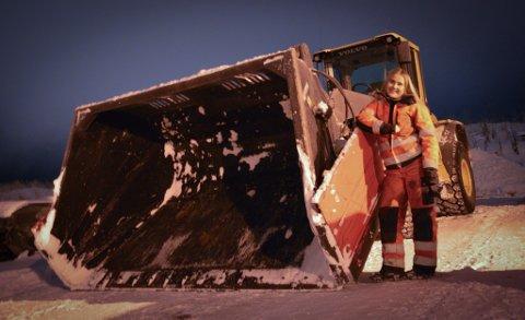 MASKINFØRER: Sunniva viser ett av annleggsmaskinene som hun fører på jobb.