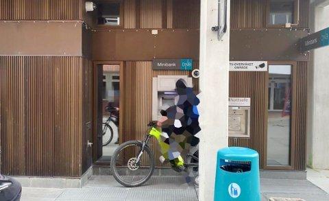 TATT BILDE AV: Her er sykkeltyven tatt bilde av utenfor minibanken på DNB-bygget i Alta i august. Nå er en 25-åring tiltalt for tyveriet.