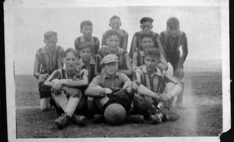 Som keeper ble Kalle kretsmester i fotball med Alta IF i 12 år på rad. Her sitter han i midten foran. Tatt på 1930 tallet