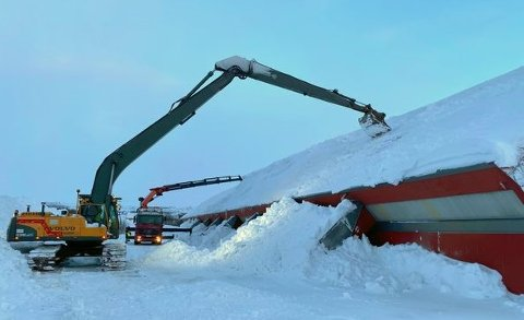 FJERNER SNØ: Birger Mietnien, daglig leder i Birger Mietnien AS, anslår at det lå rundt halvannen til to meter snø på taket av Varangerhallen.