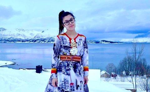 LEKER: Márjá Viktoria Langmo Petersen leker seg med samisk identitet og samiske tradisjoner.