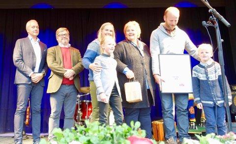 STOR STÅHEI: Ingen ringere enn statsminister Erna Solberg delte ut prisen for beste lokalmatgründer, til ekteparet Pernille Vea og Gunnar Sagstuen ved Røyland Gård. FOTO: PRIVAT
