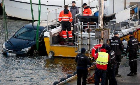 ANKE: Ein 24 år gammal mann frå Klepp og ein 23 år gammal mann frå Forsand blei dømde etter drapet på Sigbjørn Sveli (44) i desember i 2019. Bildet viser Sveli sin bil som blir heva opp frå sjøen.