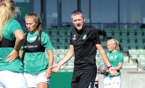 ENDRER: Nick Loftus setter Matilde Alsaker Rogde (til venstre) inn på laget igjen i lokaloppgjøret mot Avaldsnes.