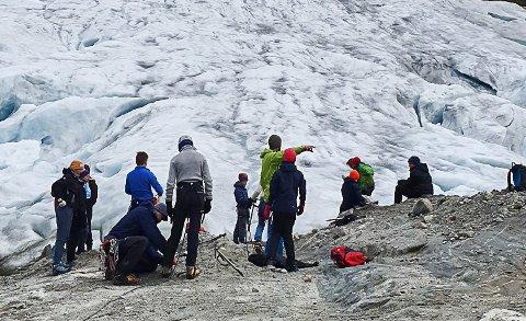 Prosjektet starta med guida tur over Botnabreen, som Randi Stensletten fortel har trekt seg tilbake med 60 meter på berre eitt år.