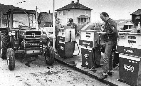 I 1982 var det streik og bensinhamstring. Her ser vi Sigurd Myklebust på Texaco i Uskedalen.