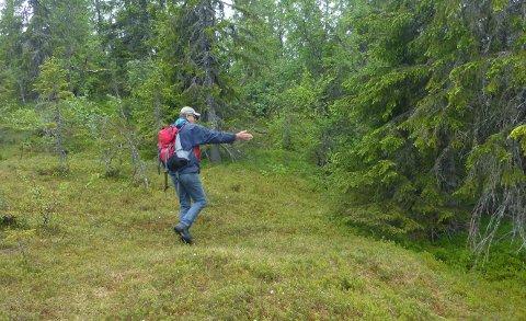 Prosjektleder Gunbjørn Aasand viser hvor stien skal legges.