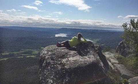 SITT NYE RIKE: Her koser Ida seg med utsikten fra den kjente toppen Andersnatten i Sigdal. Hun er per i dag bosatt i Sigdal, men er oppvokst i nabokommunen Nore og Uvdal.