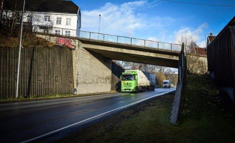 TUNGTRANSPORT: Transporten over Rogstadbakken bru er stridens kjerne.