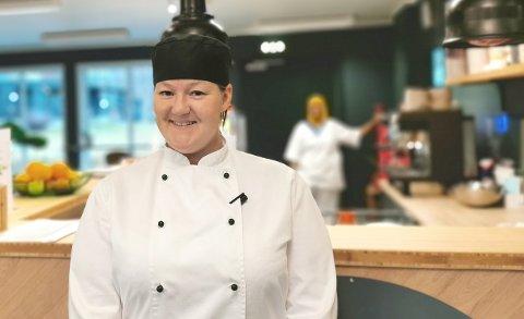 FORNØYD: Yvonne Ramberg Pedersen er kokk på Flesbergtunet og midlertidig ansvarlig for kafeen Attåt. Hun er veldig fornøyd med driften etter oppstarten i september.