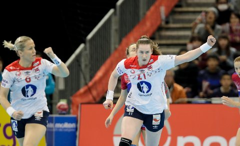 EM-PROGRAMMET ER KLART: Her ser vi Heidi Løke og Ingvild Kristiansen Bakkerud under bronsefinalen mellom Norge og Russland (33-28) i VM.