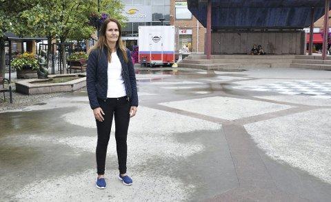 DELER UT GAVEKORT: Lone Kjølsrud og Lillestrøm Frp.
