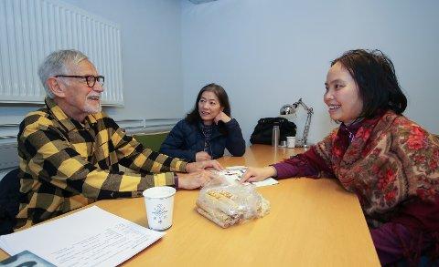 Ildsjelkalenderen: Frivillige Thore Hunsrød lærer norsk til Lê Giang Pham og Huong Thi Truong (midten)
