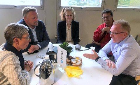 SNAKKET SAMMEN: Politikerne Hanne Tollerud(Ap) og Finn Jensen(KrF) lyttet til innspillene fra Promens-sjef Hans Jørgen Gulland (t.h.).