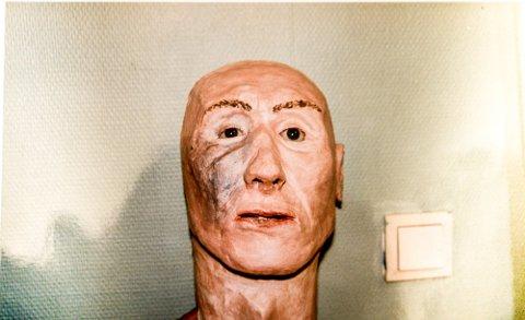 REKONSTRUKSJON: Politiet lagde en hodeavstøpning av hodeskallen som ble funnet i Elneshøgda i Nittedal i 1997, men mannen ble ikke identifisert. Foto: Politiet