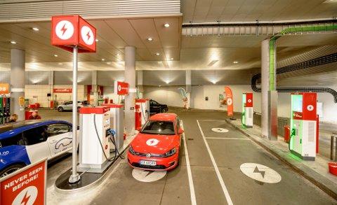 Historisk begivenhet. Første hurtiglader for elbil har tatt plassen til en drivstoffpumpe på Circle K Kiellands plass i Oslo.