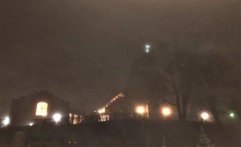 NEONKORS: Korset på toppen av Nordstrand kirke er fortsatt synlig, men noen av lysrørene må byttes.