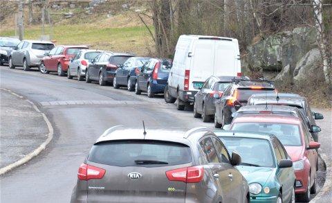 Mange frykter at byrådets forslag til nye parkeringsnormer vil føre til økt gateparkering. I kveld skal Østensjø bydelsutvalg diskutere saken. Her fra Skøyenåsveien på Oppsal.