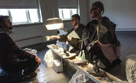Teselskap: Martin Kohout (i midten) serverer te til Gaute Barlindhaug (t.v.) i Insomniafestivalen. «DungeonTT» er en del av Insomnia-utstillinga og tilbyr noe mellom en samtale, en uformell kopp te og en annerledes måte å oppleve denne 6000 år gamle drikken. Til høyre: Matyáš Cigler. Alle foto: Tove Myhre