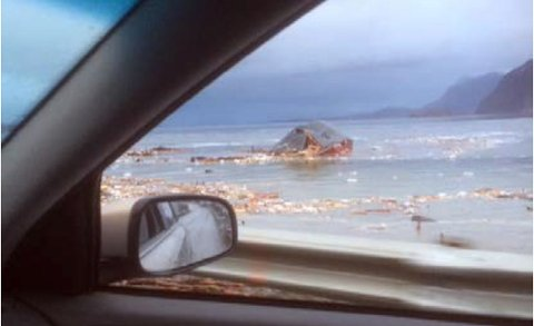 FØRSTE FOTO: Dette er det første bildet som ble tatt etter det undersjøiske jordraset i Sørkjosen. Bildet er tatt klokka 02.46, bare seks minutter etter det som er det antatte tidspunktet at det raste ut ved moloen.Bildet er tatt ut bilvinduet av Eivind Løkvoll Jenssen og viser Johs H. Giæver-brygga flytende uten i fjorden.