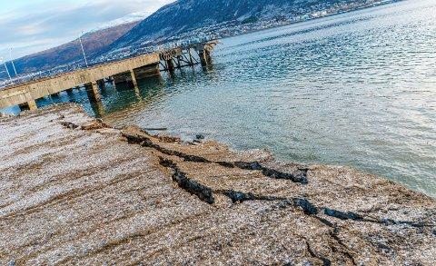 Tydelige sprekker i fyllinga etter at deler av havbunnen har glidd ut som følge av et grunnbrudd onsdag formiddag. Hvor store masser som har glidd ut er ikke mulig å anslå foreløpig.