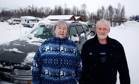 Heidi Julianne Nordland og Harald Olsen. Soltaket på bilen i bagrunnen ble smadret av steinen som falt ned. Nå har de ventet i mer enn et halvt år på svar fra entreprenøren. Foto: Ola Solvang
