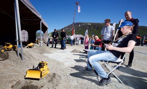 Ken Robin Johansen kjører bulldoser. Foreløpig bare radiostyrt. 14-åringen har imidlertid bestemt seg for å ta utdanning som maskiner. Foto: Ola Solvang