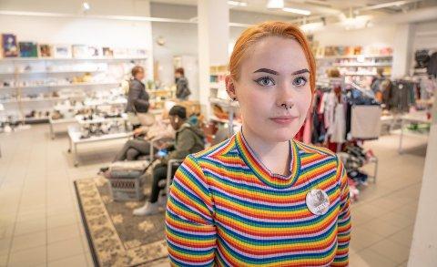 Elea Mathisen (19) er ansatt ved Fretex i Tromsø.
