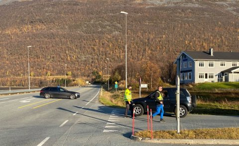 POLITI: Politiet sperret E6-en mandag ettermiddag. Foto: Marius Medby