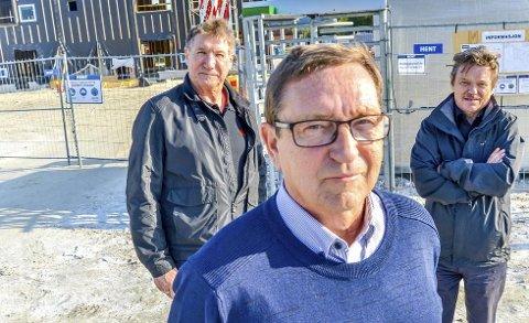 Ulovlig: Sverre Hagen (66), Roy Kristiansen (63) og Sverre Navjord mener Fauske kommune har brutt loven i forhold til nabovarsel, reguleringsplan og dispensasjoner. foto: Christine Karijord