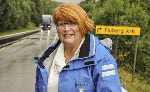 MANGE UTFORDRINGER: Reidun Gravdahl kan glede seg over ny asfalt på fylkesveg 34. Men fylkesveien i Oppland byr på mange utfordringer for fylkespolitikerne.Foto: Terje Nilsen