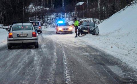 SVÆRT GLATT: Det var svært glatt og sporete veibane der utforkjøringen skjedde på Fylkesveg 34 i Fall.