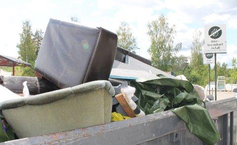 AVFALL: Bildet viser sofa korrekt plassert i container på miljøstasjon.