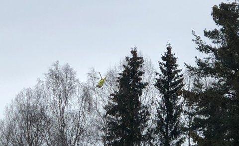 FLØYET TIL OSLO: En mann i 20-åra ble mandag formiddag fløyet med luftambulanse fra Biri til Oslo etter en fallulykke.