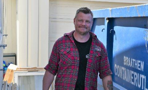 Trond Arild Hansen driver Gjøvik bygg og Eiendomsservice AS. Tross stilstand i byggebransjen på grunn av koronapandemien, har snekkeren mer enn nok å gjøre.