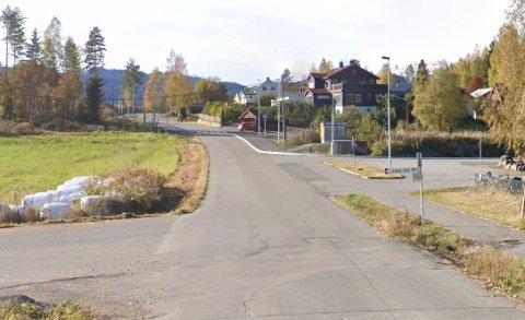 FORKJØRSVEI: Nå får snart kjørende som kommer fra Odnes skole vikeplikt for trafikken på Gamlevegen.