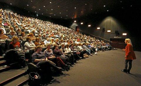 FOLKSOMT: Berit Nordstrand holdt foredrag i en smekkfull sal på kinoen i Ski i 2015.