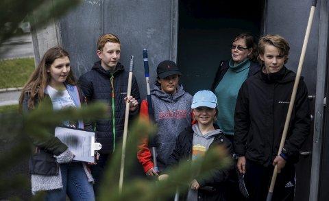 GJENGEN: (Fra venstre) Natalya Pogodzinska (16), Magnus Børrud (14), Herman Trane Jasser (14), Thomas Daae (14) og Vetle Stubberud Jöves (14) skal sørge for at Pyramiden ser ren og pen ut i sommer. I bakgrunnen ser vi renholdssjef Anette Garsrud.