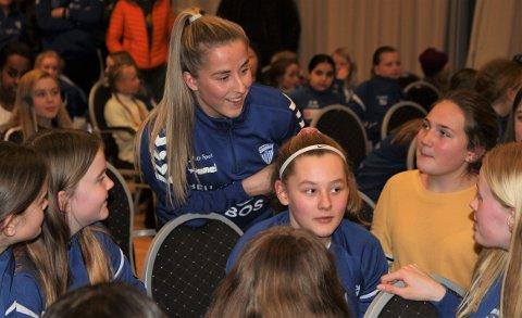 FANT TONEN: Kolbotn nye lagkaptein, Sigrid Heien Hansen, er endelig skadefri og kan bidra for fullt ute på banen. Under Kolbotns kick off foran sesongen fant hun også tonen sammen med klubbens yngre spillere.