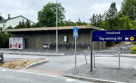 PÅ PLASS: Postens pakkeboks er på plass på Vevelstad stasjon.