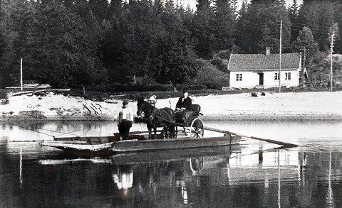 FERGESTEDER. Fergefarten mellom fergestedet Sundet på østsiden av Lågen (i bakgrunnen) og Evjubakken på vestsiden var av meget gammel opprinnelse og i drift helt til 1968. Her fraktes sogneprest Rynning over først i 1920-åra.