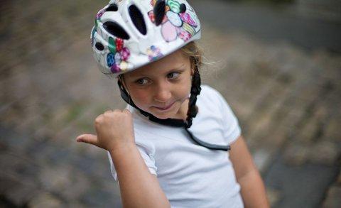 PÅBUD: Mange dropper sykkelhjelmen, men det er slett ikke så smart.