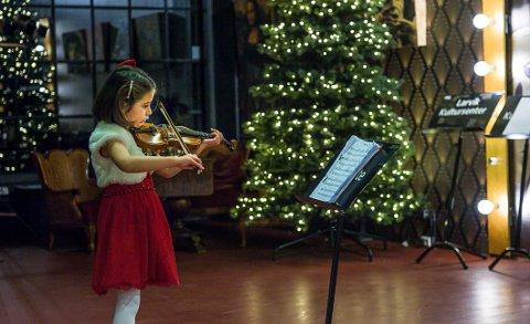 SJARMERTE ALLE: Veronica Andersen spiller musevisa.