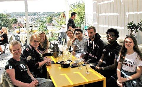 MØTTE TRINE: F.v.: Magdalena Lindtvedt, Trine Skei Grande og Kari-Lise Rørvik. Fra høyre: Hanna Linnea Lindtvedt, Teddy Lauvland, Benjamin Fevang, Ali Haidari og Håkon Rørvik.