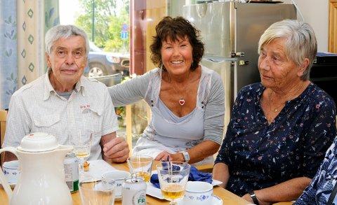 ILDSJELEN i Lundebakken borettslag, Inger Johanne Skalleberg sammen med to av mange som er glad for tilbudet hun har gitt dem i 18 år.