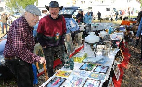 STOTTRIVES:  Både selger Frank Fossum, til høyre, og Vidar Grønvold stortrives på Hof-markedet.