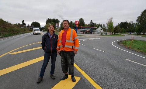 VENTER PÅ LYSET: Kjersti Olaussen ved Yx-stasjonen og leder i Brasskereidfoss vel, Vegard Bjervamoen, venter på lys i dette trafikkerte området.