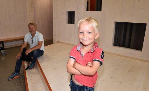 INNTOK SCENEN: Sigurd Mykleby tester ut Ydalir barnehages egen innendørsscene. Pappa Rune i bakgrunnen.