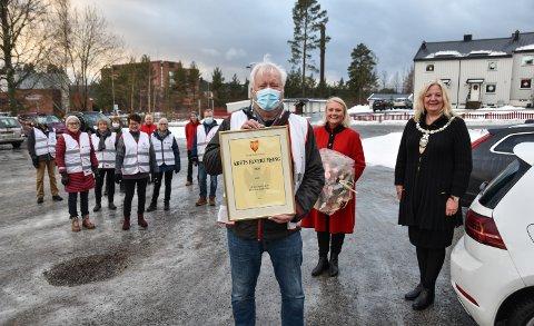 ARILD I FRONT: Prisvinner Arild Storberget poengterer at han bare er én av de frivillige som står på. Til høyre kultursjef Line M. Rustad og ordfører Lillian Skjærvik.
