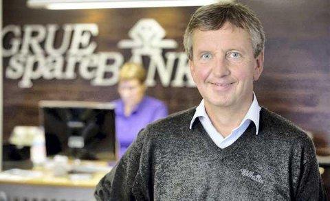 STENGT: Grue Sparebank holder dørene stengt for fysisk besøk fram til 18. januar, opplyser banksjef Hans Petter Gjeterud.